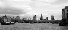 Londres bn_0048 (Joanbrebo) Tags: london blancoynegro monochrome blackwhite canon70d eosd efs18135mmf3556is autofocus thames rio river fleuve riu pont puente bridge arquitectura edificios edificis buildings