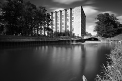 Das Nordhafenvorbecken (Pascal Volk) Tags: berlin mitte wedding berlinmitte panke nordhafenvorbecken vattenfallagstromabrechung artinbw schwarz weis black white blackandwhite schwarzweis sw bw bnw langzeitbelichtung bulb longexposure largaexposición slowshutter poseb spiegelung reflexion reflection reflexión reflejo réflexion wasserspiegelung reflexióndelagua waterreflection wideangle weitwinkel granangular superwideangle superweitwinkel ultrawideangle ultraweitwinkel ww wa sww swa uww uwa architecture architektur arquitectura officetower officecomplex officebuilding bürogebäude canoneos6d canonef1635mmf4lisusm 20mm leefilters lee12ndsoft graduated lee10stop leebigstopper nd1000x manfrotto mt055xpro3 468mgrc2 7dwf monochromemonday