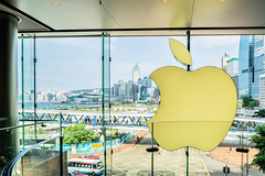 The big Apple 5/188 (*Capture the Moment*) Tags: applelogo applestore architektur centralplaza cityscape fenster fotowalk hongkong hongkongconventionandexhibitioncenter menschen people sonya7m2 sonya7mii sonya7mark2 sonya7ii sonyfe70200mmf28gmoss sonyilce7m2 windows