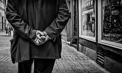 Hand in Hand. (Mister G.C.) Tags: street urban photography blackandwhite bw germany ricoh ricohgr streetphotography urbanphotography candid shot image photograph people hands fingers closeup frombehind monochrome town city zonefocus zonefocusing snapfocus pointshoot mistergc schwarzweiss strassenfotografie celle niedersachsen lowersaxony deutschland europe
