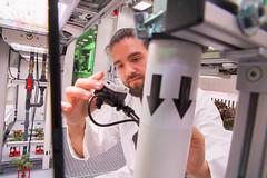 Conrad Zeidler testet eine Multispektralkamera im EDEN:ISS Gewächshaus