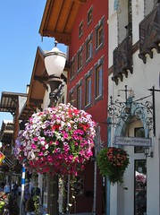 Leavenworth, Washington (Jasperdo) Tags: leavenworth washington roadtrip smalltown touristtown bavarianvillage streetlamp flowers