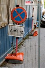 Tulln (Harald Reichmann) Tags: niederösterreich tulln stadt klosterweg baustelle anfang schild tafel container zaun gitter analog film olympusom4
