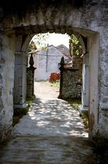 Škocjan, doorkijk door een poort, Slovenië 1986 (wally nelemans) Tags: slovenija škocjan poort gate slovenië slovenia 1986