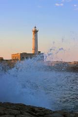 Faro / Onda (Franco Gavioli) Tags: 2017 fragavio francesco gavioli canoneos600d canonef50mmf18ii augusta sicilia sicily lighthouse bluehour sunset tramonto farosantacroce santelena sea seascape caposantacroce wave onda