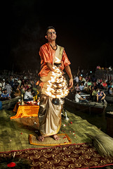 La ceremonia del fuego (Nebelkuss) Tags: india uttarpradesh varanasi benarés asia rio river ganges ghats ceremonia ceremony fuego fire sacerdote priest fujixpro1 fujinonxf23f14 gangaaarti namaste