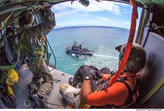 Aproximação do H-60L do navio Babitonga. (Força Aérea Brasileira - Página Oficial) Tags: 5gav8 brazilianairforce carranca carrancav fab forcaaereabrasileira fotojohnsonbarros h60lblackhawk marinha marinhadobrasil navio operacaocarranca p36babitonga resgate balneáriocamboriú santacatarina brazil