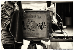 Electric Love (Matías Brëa) Tags: cámara camera fotografominutero vintage palabras retro social documentalismo documentary virado
