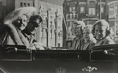 1952 Vorstenhuis (Steenvoorde Leen - 4 ml views) Tags: vorstenhuis koninklijk huis koninklijke familie monochroom 1952 dynasty dynastie dinastia dutch netherlands hollanda niederlande ansichtkaart card karte family