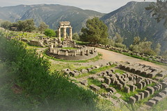 Athena Pronaia: Temple with a view (Delphi, Greece) (armxesde) Tags: pentax ricoh k3 greece griechenland delphi ruins ruinen tempel temple athenapronaia tholos mountains berge säule column