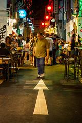 Gegenrichtung / against direction, Kampong Glam, Singapore (Vera Arnold) Tags: singapur singapore kampong glam nacht night lichter lights man mann pfeil baghdad street