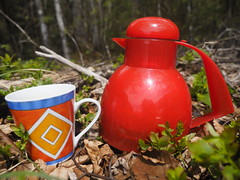 © Picknick Waldrand rote Thermoskanne Tasse – Picnic Forest Edge Red Thermos Cup (hn.) Tags: 2017 badtölzwolfratshausen bavaria bayern coffeecup copyright copyrighted cup deutschland eu europa europe forest forestedge forestfloor germany heiconeumeyer isarwinkel kaffeetasse kanne landkreisbadtölzwolfratshausen lenggries natur nature oberbayern oberland picknick picnic pot red rot tasse thermos thermoskanne tölzerland upperbavaria wald waldboden waldrand wood