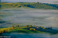 Mattutino in Val d'Orcia (Gian Floridia) Tags: pienza toscana valdorcia campagna cipressi colline fog fondovalle foschia haze hills mattina mattutino morning nebbia nubi panorama paradiso senese