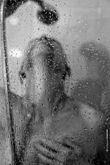 goûte à gouttes (Emmanuel Pampuri) Tags: douche shower gouttelettes eau femme nu flou blur noiretblanc blackandwhithe