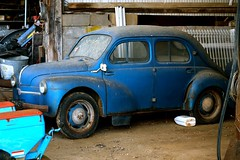 Belle endormie - Sleeping beauty (ettigirbs2012) Tags: garage voiture car bleu blue abandonné abandoned