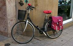 Vélo à pois (Thethe35400) Tags: zarautz cycle bicycle bicyclette vélo bike fahrrad bicicletta bicicleta rothar tricycle triciclo trírothach dreirad