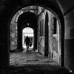 L'impasse (flo73400) Tags: impasse ruelle ville city nb bw street people chambery