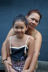 cute girl with her grandmother (the foreign photographer - ฝรั่งถ่) Tags: dscoct312015sony cute girl child grandma grandmother seated khlong thanon portraits bangkhen bangkok thailand sony rx100