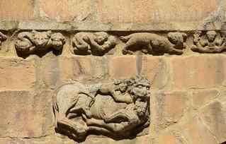 Un lleó sobre la porta principal façana de ponent, Catedral de Santa Maria de la Seu d'Urgell, Segle XII, Art Romànic.