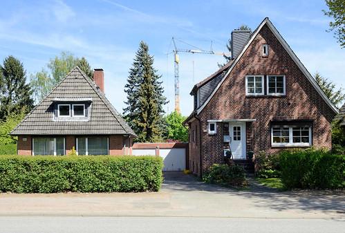 7507 Wohnhäuser / Zielfassade Mit Unterschiedlichen Dachformen ( Walmdach +  Satteldach)   Miteinander Verbundene Garagen
