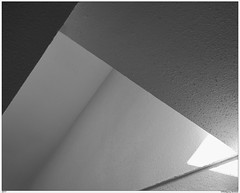 Geometrie (Wolfgang Birkfeld) Tags: ort sw modern architektur indoor innenarchitektur haus house fujixpro1 treppe treppenhaus schwarzweis abstrakt linien lines geometrisch einfarbig triangle dreiecke stairhouse stairwell