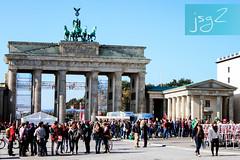 Puerta de Brandeburgo, Plaza de París (Berlín / Alemania) (jsg²) Tags: berlin berlín deutschland alemania jsg2 fotografíasjohnnygomes johnnygomes fotosjsg2 unióneuropea europa europe ue europeanunion postalesdelmusiú germany federalrepublicofgermany bundesrepublikdeutschland plazadeparís puertadebrandeburgo brandenburgertor unterdenlinden carlgotthardlanghans neoclasicismo cuadriga quadriga johanngottfriedschadow brandenburggate citygate neoclassical frederickwilliamii pariserplatz