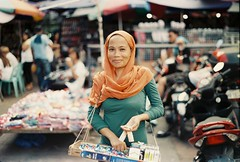 Cigarette Peddler (Jose Mari Manio) Tags: philippines quiapo manila minolta srt film fujicolor superia street filipino rokkor analog muslim