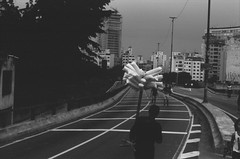 #2410 - Algodão doce no Minhocão (vintequatro10) Tags: streetphotography streetphotographer street streetphoto streetscape streetphography rua fotografiaderua fotografiadocumental urbex urban urbano urbanview urbanscape pb bw pretoebranco blackandwhite minhocão sp sampa sãopaulo city cidade cityscape cityview kodak pentaxkm penta pentaxk1000 50mm 50mmf14 35mmfilm 135mm film filme filmisnotdead filmkodak tmax100 kodaktmax