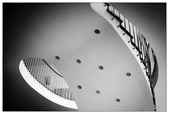 Im Foyer (frodul) Tags: architektur detail detailaufnahme gebäude geländer innenansicht konstruktion kurve stair staircase stairrail treppe treppenhaus verwaltungsgebäude bw einfarbig monochrom sw hannover niedersachsen deutschland