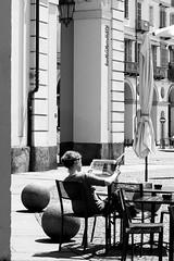 "della serie ""LA STRADA …. UN GRANDE SET"" n. 17 (Maria Grazia Marrulli) Tags: dellaserie donne women femmes biancoenero bn blackwhite noirblanc piazza giornale bar img4987 torino piemonte italia grupporawstreetphotography gruppofotografiareflex gruppocircolofotograficoosvaldopieroni gruppodalneroalbianco gruppoeyephotomagazinestreetphotography gruppofotocult gruppostreetphotographyinternational"
