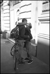Backpack kissing (Franco & Lia) Tags: street fotografiadistrada photographiederue treviso veneto bacio kiss basier bike bicicletta backpack ilford fp4 bellini hydrofen studional analog analogico film pellicola argentique nikon l35af2 epson v500 stphotographia