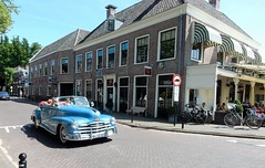 op een zonnige zondag in Abcoude (bcbvisser13) Tags: oldtimer pontiac terras car abcoude provutrecht nederland eu bcbvisser13 pontiacsilverstreak anno1948 dm1812 kenteken classiccar street village dorp lentedag spring