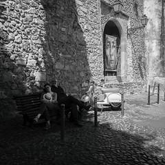 Les amoureux au piaggio !!! (Des.Nam) Tags: nb noiretblanc noirblanc noir bw blackwhite monochrome mono fuji fujinon fujixpro2 18mmf2 xpro2 xpro2square xprostreet bancpublic couple contraste piaggio scooter lisboa lisbonne lisbon amoureux ombres lumière street square streetphotographie desnam carré capitale 6x6 ville city pavés pavage