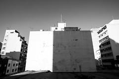 Paredão sol e sombra (Bruno Nogueirão) Tags: street streetphotography streetphotographer streetphoto rua fotografiaderua fotografiadocumental pb bw pretoebranco blackandwhite sombra shadow cidade city cityscape cityview prédio tower 5d 1635mm f28 canon5d canon céu sky urban urbano urbanview torres torre