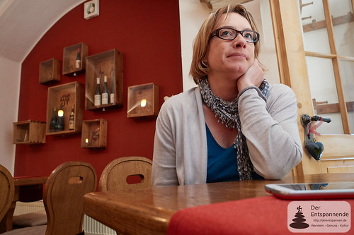 Katrin Mohr [überlegt] in der Kuhkapelle
