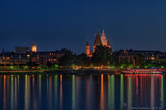 Mainz welcomes the night ... (Only Snatches) Tags: abend adenauerufer blauestunde bluehour deutschland fluss germany himmel langzeitaufnahme longshot mainz mainzcathedral mainzerdom nacht nachtaufnahme natur rhein rheinlandpfalz rhine rhinelandpalatinate river spiegelung ststephan wasser evening nature night nightscene reflection sky water wiesbaden hessen ngc