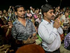 Los tiempos cambian, la fe permanece (Nebelkuss) Tags: india uttarpradesh varanasi benarés asia ghats ceremonia ceremony fe faith devociòn devotion fujixpro1 fujinonxf23f14