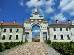 belarus (vandrouki) Tags: belarus architecture palace statue mansion беларусь ружаны палац брама
