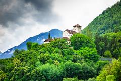 Schloss Lebenberg (Siegfried Rabanser) Tags: weg tscherms waalweg ita lebenberg südtirol europa marling natur jahreszeit landschaft italien sommer gebäude bewölkt schloss