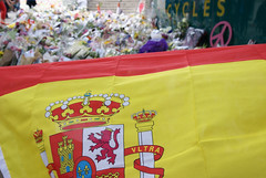 London Bridge Tribute (ChiralJon) Tags: incident flowers public víctima española bandera ignacio echeverría londres londra londen ロンドン 倫敦 伦敦 лондон london bridge terror attack spanish flag flores tribute tributo attaque terreur attacke attacco terrore floral noticias aktualności