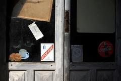 Fermé (Mattia Camellini) Tags: pentacon2828mm vintagelens sovietlens wideangle mattiacamellini francia m42 fermé windows vetrina porta