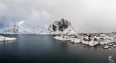 Tema Foto Lofoten tur hvor vi bor (Tor Magnus Anfinsen) Tags: norge norway snow lofoten house water mountain blue