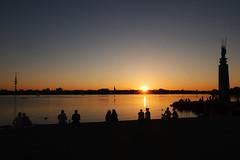 Warten auf den richtigen Moment (Lilongwe2007) Tags: hamburg sonnenuntergang ausenalster deutschland spiegelung fernsehturm silhouetten menschen architektur personen sommer