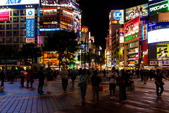 Shibuya scramble intersection at 10 pm on Sunday : 日曜日午後10時の渋谷スクランブル交差点 (Dakiny) Tags: 2017 summer june japan night tokyo shibuya dogenzaka city street shibuya109 109 people landscapenikon d7000 sigma 1770mm f284 dc macro os hsm sigma1770mmf284dcmacrooshsm nikonclubit