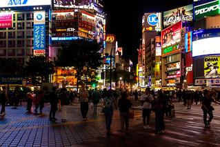 Shibuya scramble intersection at 10 pm on Sunday : 日曜日午後10時の渋谷スクランブル交差点