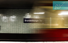 U-Bahn, metro de Berlín (Alemania) (jsg²) Tags: berlin berlín deutschland alemania jsg2 fotografíasjohnnygomes johnnygomes fotosjsg2 unióneuropea europa europe ue europeanunion postalesdelmusiú germany federalrepublicofgermany bundesrepublikdeutschland ubahn untergrundbahn berlinerverkehrsbetriebe bvg ubahnberlin metro ferrocarrilmetropolitano rapidtransit heavyrail subway tube underground brandenburgertor
