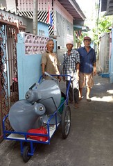 moving loudspeakers (the foreign photographer - ฝรั่งถ่) Tags: dscjul252015sony three men cart loudspeakers moving khlong thanon portraits bangkhen bangkok thailand sony rx100