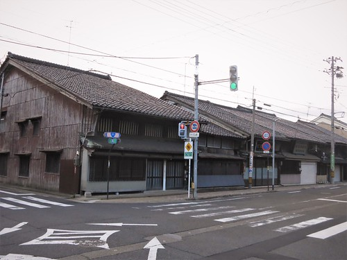 intersection, old-style row of roofs