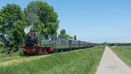SGB: Gast stoomlocomotief HSIJ 22 (Tom) met passagierstrein 53 Hoedekenskerke