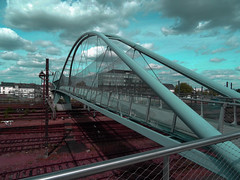 Nouvelle passerelle Fournier à Tours (François Tomasi) Tags: tours villedetours passerelle passerellefournier indreetloire touraine françoistomasi yahoo google flickr lights light lumière colors color couleurs couleur europe france architecture reflex nikon photo photography photographie photoshop pointdevue pointofview pov ciel clouds cloud nuages nuage juin 2017 train gare garedetours filtre